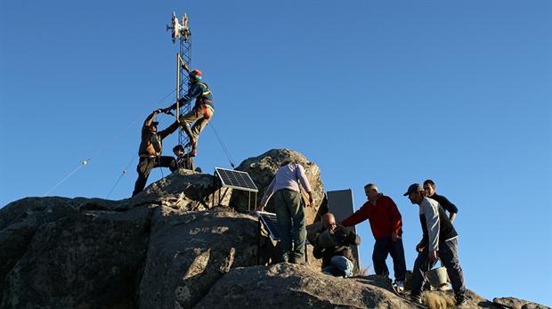 AlterMundi creó una red inalámbrica comunitaria en José de Quintana, Córdoba; la cima de un cerro hace de nexo con la redes comerciales.