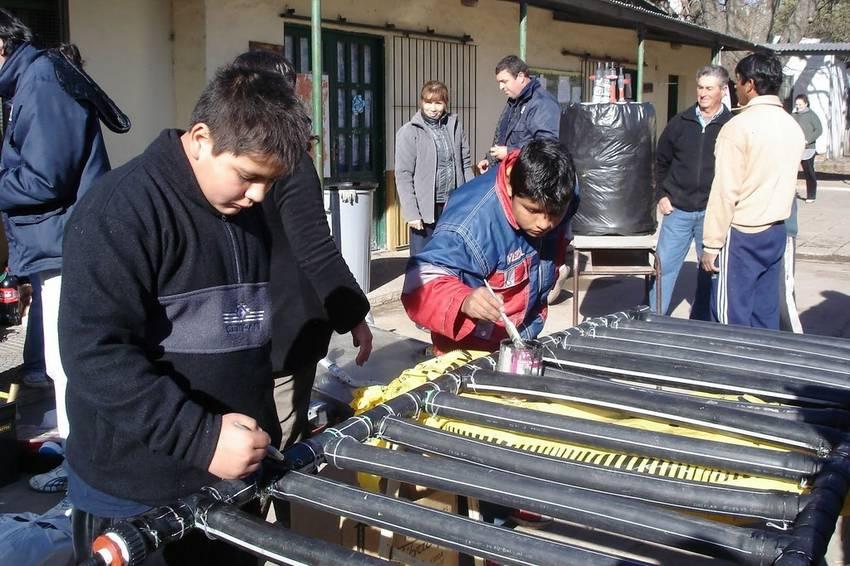 CALENTADOR SOLAR. Se puede realizar con materiales que se compran en ferreterías o casas de sanitarios.